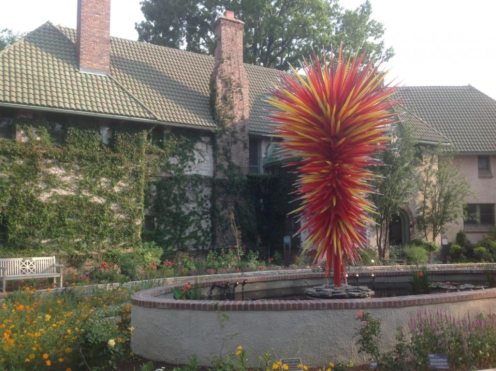 Waring House With A Chihuly Glass Sculpture